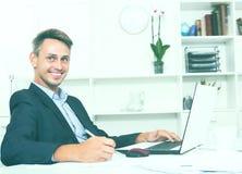 Homme adulte de sourire d'affaires travaillant sur l'ordinateur portable photos libres de droits