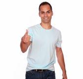 Homme adulte de sourire regardant et te montrant le signe correct Images libres de droits
