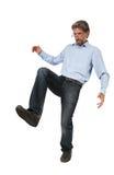 Homme adulte donnant un coup de pied quelque chose d'isolement Photo libre de droits