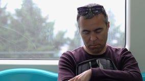 Homme adulte dormant tout en voyageant sur le souterrain banque de vidéos