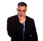 Homme adulte et r3fléchissant touchant le menton image stock