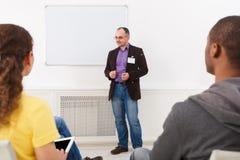 Homme adulte faisant la présentation dans l'espace de copie de bureau Photographie stock