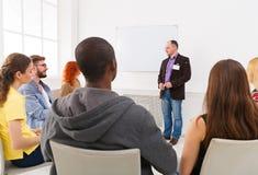 Homme adulte faisant la présentation dans l'espace de copie de bureau Image libre de droits