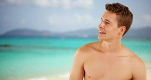 Homme adulte heureux appréciant le rivage des Caraïbes de plage Image libre de droits