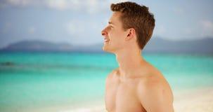 Homme adulte heureux appréciant le rivage des Caraïbes de plage Images stock
