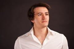 Homme adulte intense avec la vue avec du charme sur un Ba noir Photo libre de droits