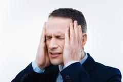 Homme adulte malheureux fermant ses yeux Photo stock