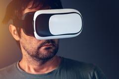Homme adulte occasionnel avec le casque de la réalité virtuelle VR Images libres de droits
