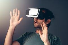 Homme adulte occasionnel avec le casque de la réalité virtuelle VR Photographie stock