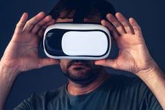 Homme adulte occasionnel avec le casque de la réalité virtuelle VR Images stock