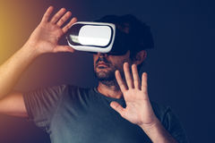 Homme adulte occasionnel avec le casque de la réalité virtuelle VR Photo libre de droits