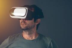 Homme adulte occasionnel avec le casque de la réalité virtuelle VR Image libre de droits