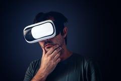 Homme adulte occasionnel avec le casque de la réalité virtuelle VR Photographie stock libre de droits