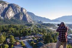 Homme adulte photographiant la Colombie-Britannique de Squamish photographie stock libre de droits