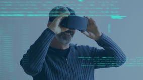 Homme adulte portant les lunettes virtuelles banque de vidéos