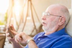 Homme adulte supérieur à l'aide du téléphone intelligent Images libres de droits