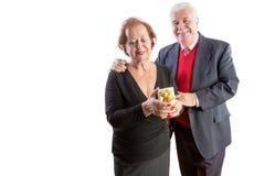 Homme affectueux donnant à son épouse un cadeau de valentines Photo stock
