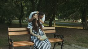 Homme affectueux embrassant son épouse enceinte en parc clips vidéos