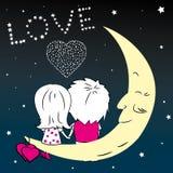 Homme affectueux et femme de couples s'asseyant sur la lune pendant la nuit Images libres de droits