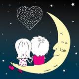 Homme affectueux et femme de couples s'asseyant sur la lune pendant la nuit Photos libres de droits