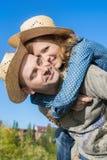 Homme affectueux et femme embrassant l'extérieur sur le fond de ciel Photographie stock