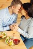 Homme affectueux et femme tenant des mains Photo libre de droits