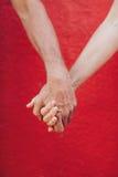 Homme affectueux et femme tenant des mains Photographie stock