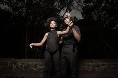 Homme affichant à la femme comment danser Photos stock