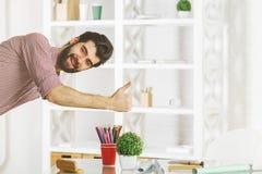 Homme affichant des pouces vers le haut Images stock