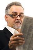 Homme affichant en passant son journal. Photographie stock libre de droits