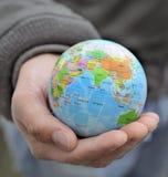 Homme affichant l'Inde sur le globe images stock
