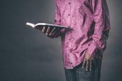 Homme affichant la bible sainte images stock