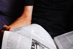 Homme affichant un journal photographie stock libre de droits