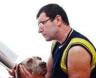 Homme affichant un livre Photo libre de droits