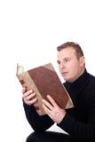 Homme affichant un livre Image stock