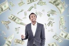 Homme africain avec du café et la pluie du dollar Image stock