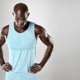 Homme africain avec la tête chauve et les bras musculaires Image libre de droits