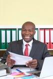 Homme africain d'affaires avec la lettre regardant l'appareil-photo Photographie stock