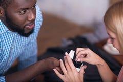 Homme africain donnant un anneau à sa belle amie Images libres de droits