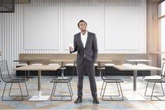 Homme africain en café avec des affiches Image stock