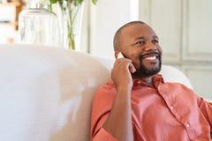 Homme africain m?r parlant sur le smartphone photos libres de droits