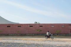 Homme africain montant une moto photographie stock libre de droits