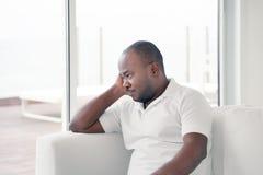 Homme africain plus ?g? dans la peine photographie stock libre de droits