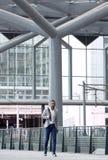Homme africain seul marchant à l'aéroport Image libre de droits
