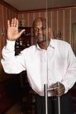 Homme africain soulevant la main dans la salutation Photos stock