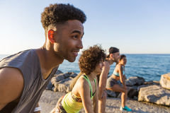 Homme africain sportif obtenant le début prêt pulsant avec ses amis Photo stock