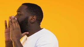 Homme afro-américain appelant pour visiter le magasin avec des remises choquées, vente énorme banque de vidéos