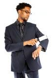 Homme afro-américain attirant d'affaires posant dans le studio Photo libre de droits