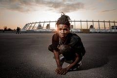 Homme afro-américain avec des dreadlocks se reposant sur le fond du coucher du soleil Photo stock