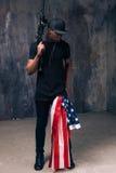 Homme afro-américain avec le drapeau et l'arme images libres de droits